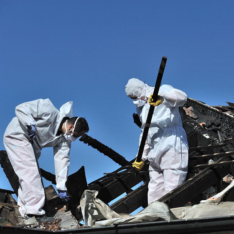 Aufräumarbeiten nach Dachstuhlbrand